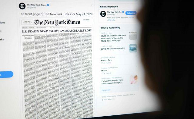 Ženska iz Kalifornije na računalniku bere današnjo naslovnico New York Timesa.Foto Agustin Paullier Afp