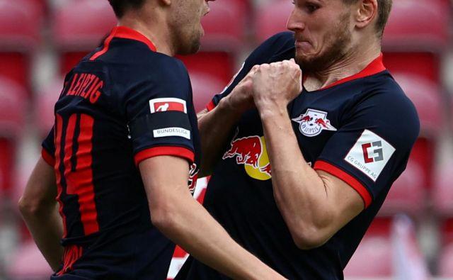 Kevin Kampl (levo) se je takole s Timom Wernerjem veselil visoke zmage Leipziga v Mainzu. FOTO: AFP