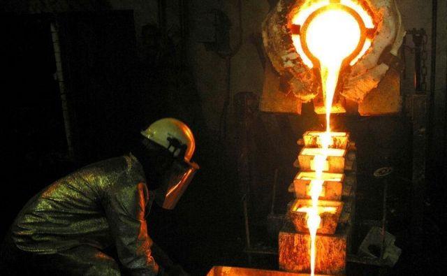 Delavec v rudniku družbe AngloGold Ashanti v Gani. FOTO: Luc Gnago/Reuters