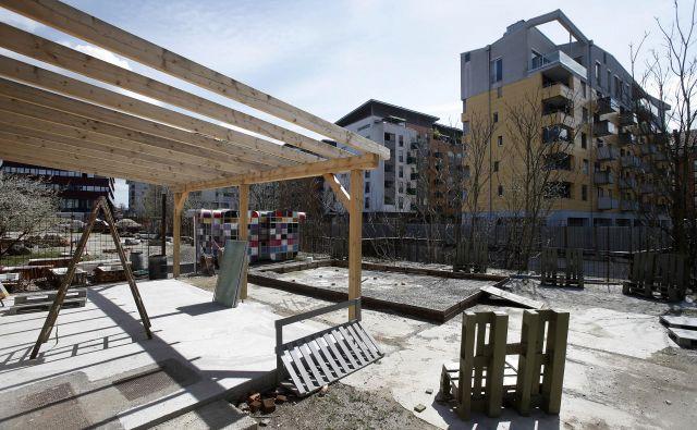 V društvu Prostorož, v katerem med drugim raziskujejo javni urbani prostor, so skupaj z IPOP pobudniki akcije Zunaj. Foto: Blaž Samec