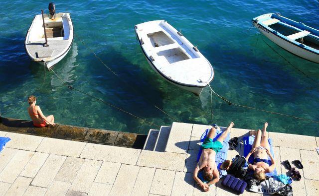 Na spletni strani hrvaškega ministrstva za turizem in kampe so napovedali, da bodo do konca maja odprli kampe v hrvaški Istri, Kvarnerju in Dalmaciji, medtem ko junija pričakujejo odprtje večine hotelov in vseh ostalih turističnih storitev. FOTO: Tomi Lombar/Delo