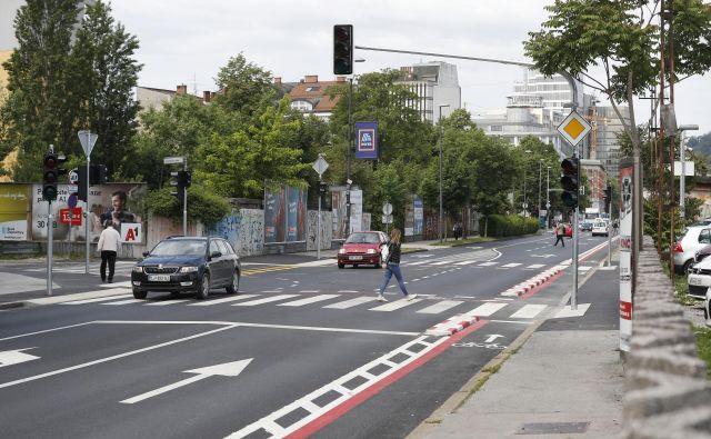Na severni strani Masarykove, ki je že obnovljena med Trgom OF in Metelkovo, je kolesarska steza ob vozišču, na južni strani je še vedno na pločniku. FOTO: Leon Vidic/Delo