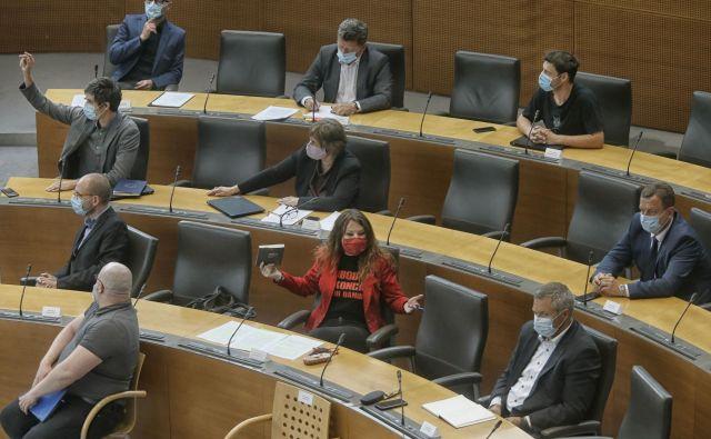 Slovenska politična levica se v opoziciji ne znajde, nima vodje in prav dobro tudi sodelovati ne zna. Volivci so zato še kar naklonjeni novim obrazom v politiki. FOTO: Blaž Samec/Delo