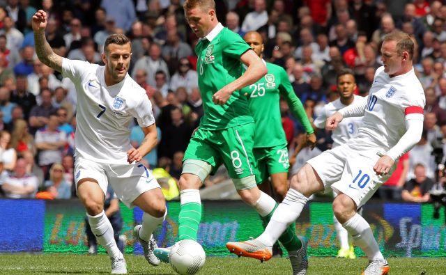 Irska metropola je pogosto uživala v nogometu (na fotografiji domače reprezentance z Anglijo), prihodnje leto pa se ji obeta euro. FOTO: AFP