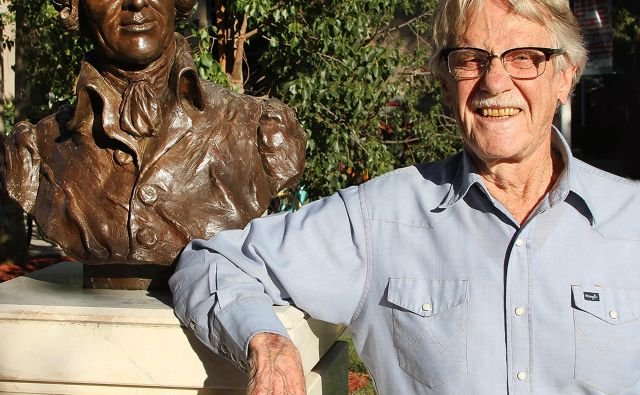 Vernon Smith ob kipu Adama Smitha, očeta politične ekonomije<br /> Foto osebni arhiv