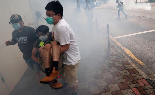Načrt Pekinga o uveljavitvi zakona o nacionalni varnosti je pognal na ulice Hongkonga več tisoč ljudi. FOTO: Reuters