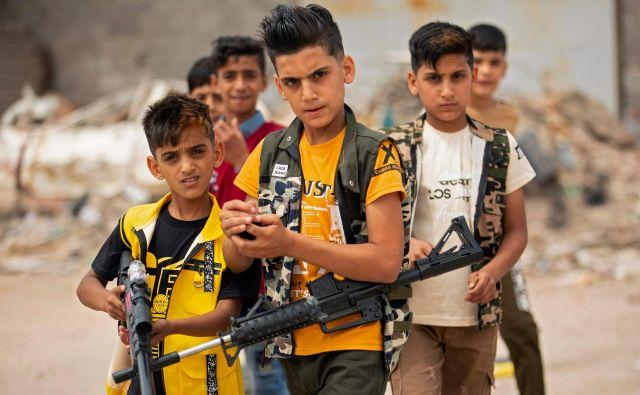 V iraškem mestu Basra se otroci igrajo s plastičnim orožjem med praznovanjem muslimanskega praznika Eid al-Fitr, ki se začne ob koncu svetega meseca ramazan. FOTO: Hussein Faleh/Afp