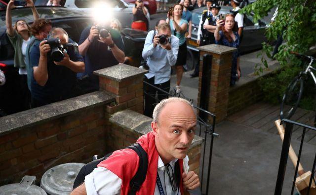 GLAVNA!!!!<br /> Mediji že nekaj dni oblegajo dom Dominica Cummingsa, premierovega svetovalca in enega od najvplivnejših ljudi v britanski politiki. Fotografiji Reuters