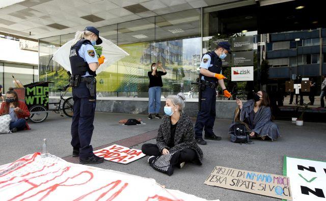 Protest pred ministrstvom za okolje in prostor. FOTO: Matej Družnik/Delo