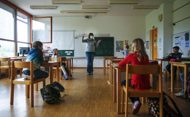 Prej kot se bodo otroci vrnili v šole, prej bodo izzvenele morebitne posledice, zato vsi psihologi poudarjajo pomen čimprejšnjega vračanja vseh otrok v šole. FOTO: Matej Družnik/Delo