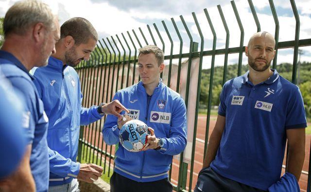 Slovenski rokometaši, zbrani na Kodeljevem, so pogrešali žogo. FOTO: Blaž Samec