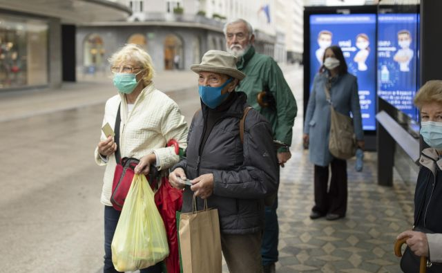 Pandemija je v Sloveniji razgalila dolgoletno zanemarjanje skrbi za starejše. Foto Voranc Vogel