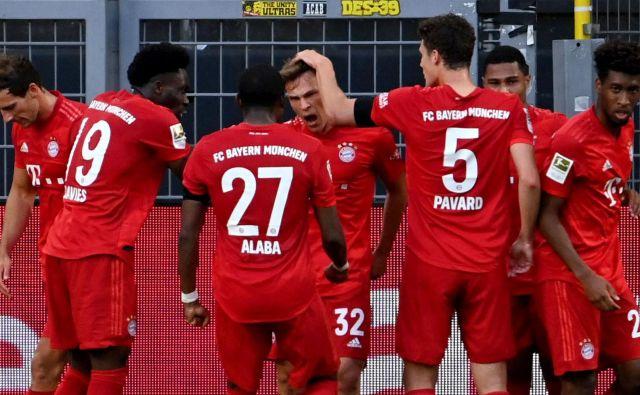 Nogometaši Bayerna so se takole veselili zmage nad igralci dortmundske Borussie. FOTO: AFP