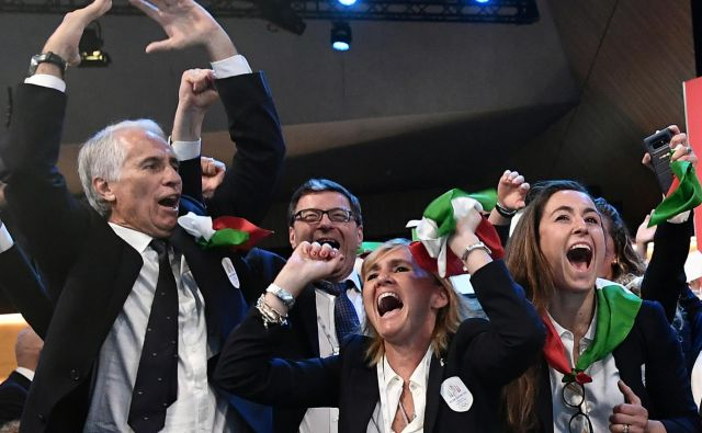 Predsednik italijanskega olimpijskega komiteja Giovanni Malago (na fotografiji levo) se je takole s predstavniki Cortine d'Ampezzo in Milana veselil zmage v boju za OI 2026, svetovno prvenstvo v alpskem smučanju 2021 bi zdaj rad preložil za eno leto. FOTO: Reuters