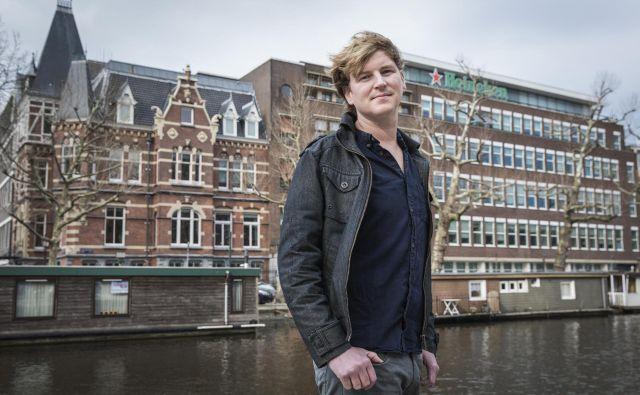 Nizozemski preiskovalni novinar Olivier van Beemen je v knjigi Heineken v Afriki: najbolj varovana skrivnost pivovarske multinacionalke podrobno raziskal delovanje ene največjih pivovarskih multinacionalk na afriškem trgu. FOTO: Dingena Mol