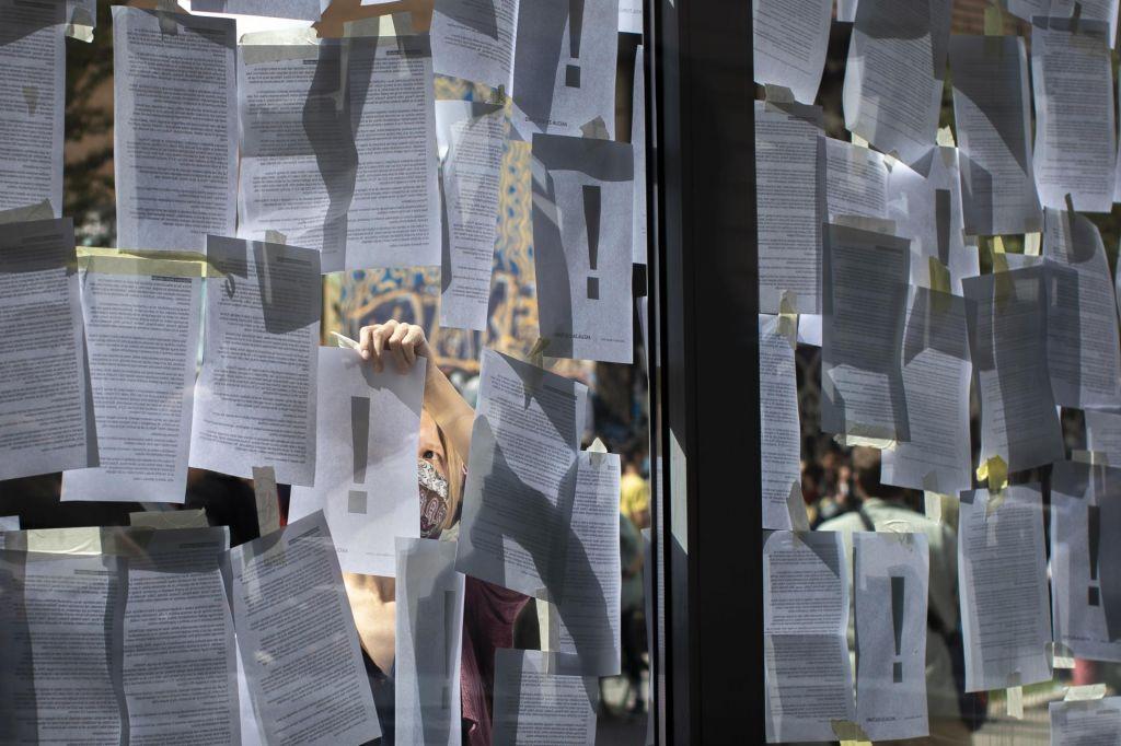 FOTO:Preslišani pozivi na pročelju ministrstva