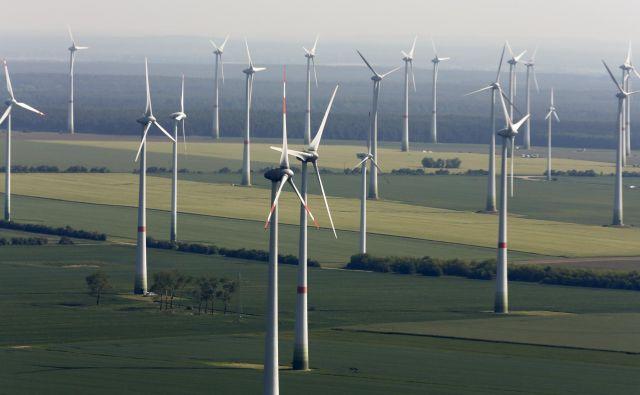 Delež vlaganj v nizkoogljične tehnologije se bo s tretjine povečal na 40 odstotkov, a ne zaradi rasti naložb, temveč zaradi padca deleža naložb v fosilna goriva. FOTO: Reuters