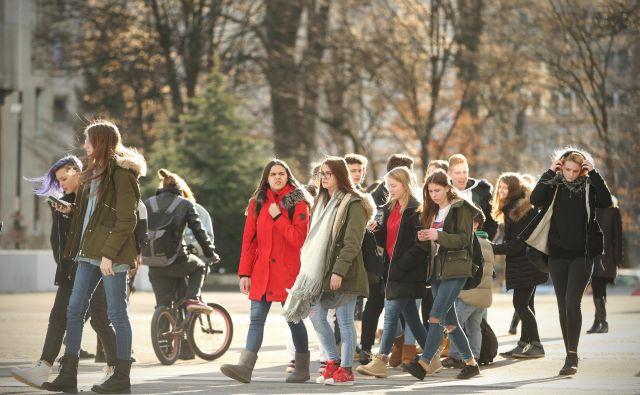 Srednješolci se bodo domnevno v šolske klopi vrnili šele s prihondjim šolskim letom. FOTO: Jure Eržen
