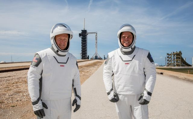 Douglas Hurley (levo) in Robert Behnken pred dnevi na vaji pred izstrelitvijo v Kennedyjevem vesoljskem centru na Floridi. FOTO: NASA/Kim Shiflett/Reuters