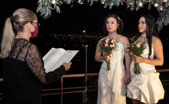 V kostariškem mestu Heredia sta se poročili Alexandra Quiros in Dunia Araya. Kostarika je 26. maja legalizirala istospolne poroke in postala prva srednjeameriška država, ki je to storila, in sprožila čustveni odziv zagovornikov pravic. FOTO: Ezequiel Becerra/Afp