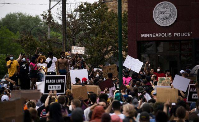 V torek so se na ulici, kjer je Floyd umrl, zbrali protestniki, ki so zahtevali aretacije policistov, nato so se odpravili do policijske postaje in polomili nekaj oken ter policijski avto in postajo pobarvali z grafiti. FOTO: Stephen Maturen/AFP