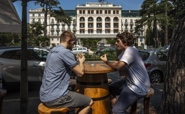 Tretji protikoronski zakon prinaša tudi turistične bone za vse prebivalce Slovenije, ki jih bodo lahko unovčili pri ponudnikih turističnih nastanitev, po današnjem sklepu odbora DZ za delo pa bodo boni med družinskimi člani tudi prenosljivi. FOTO: Voranc Vogel/Delo