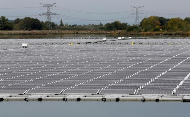 Sončnih elektrarn je v Sloveniji vse več. FOTO: Reuters