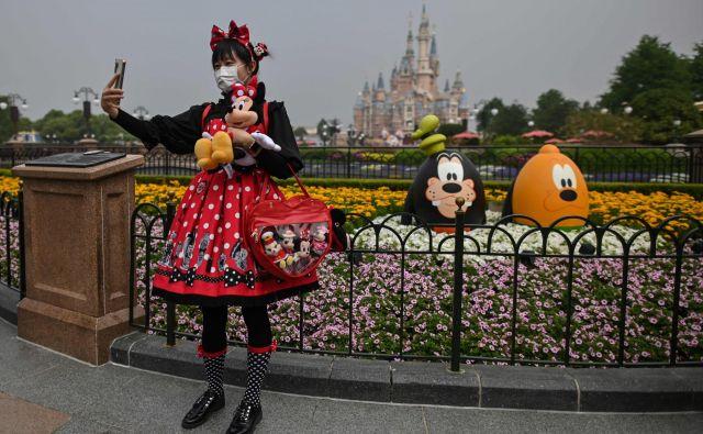 Disneyland v Šanghaju, ki so ga spet odprli 11. maja, je obiskalo na tisoče Kitajcev. FOTO: AFP