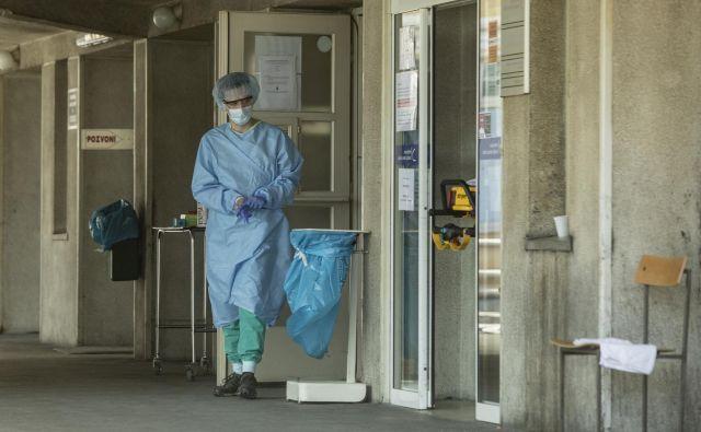 Pri okuženi osebi se je pojavila povišana telesna temperatura,od včeraj je na bolniškem staležu. FOTO: Voranc Vogel/Delo
