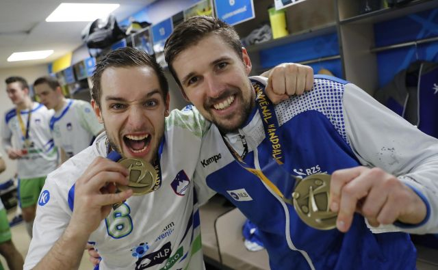 Urban Lesjak, na fotografiji levo še Gašper Marguč, je ponosen lastnik bronaste kolajne s svetovnega prvenstva leta 2017. FOTO: Uroš Hočevar