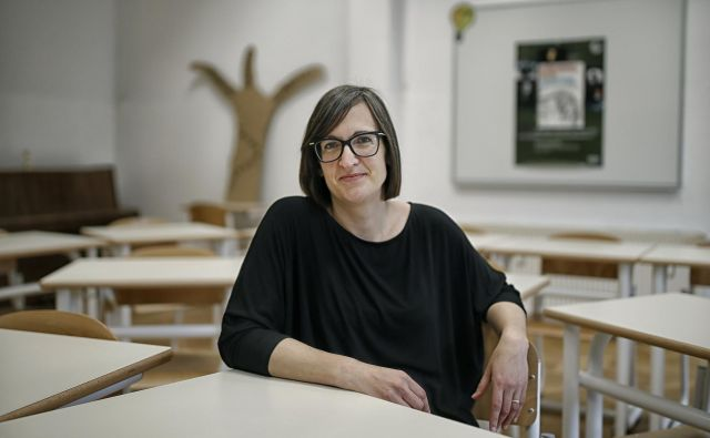 Tatjana Rupnik Hladnik:»V razredu imam jasna pravila. Ampak če nekdo naredi nekaj smešnega, je to vseeno priložnost, da se sprostimo.« FOTO: Blaž Samec/Delo