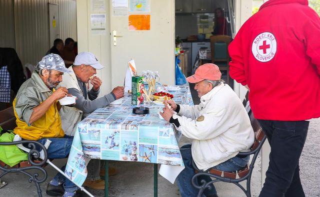 Marginalizirane in ranljive skupine so se v času epidemije znašle v zahtevnem položaju, saj so številne podporne organizacije zaprle svoja vrata ali omejile delovanje, zato je bilo treba pomoč zanje organizirati na drugačen način. FOTO: Rdeči Križ Slovenije