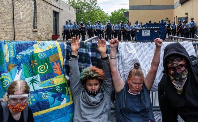 Protestniki so včeraj pred policijsko postajo, ki je okoli kilometer oddaljena od prizorišča aretacije, vzklikali gesla, kot so»Nemorem dihati« ali »Brez pravice ni miru«. FOTO: Kerem Yucel/AFP