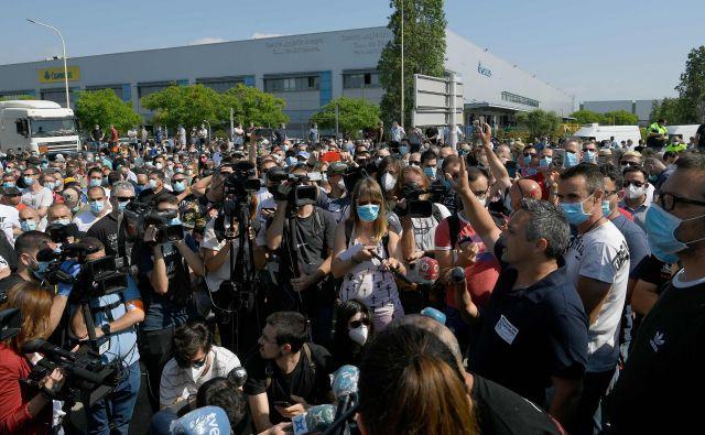 Protesti delavcev pred tovarno Nissana v Barceloni, ki jo namerava japonska družba zapreti. FOTO: AFP