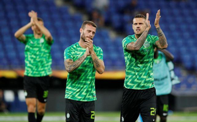 Miha Blažič (na sredini) je s Ferencvarosom uspešno startal v nadaljevanje madžarskega prvenstva v nogometu. FOTO: Reuters