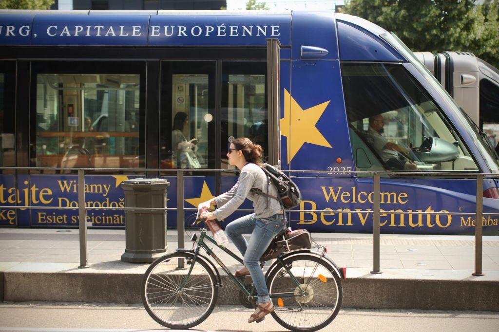 Med evropskimi milijardami in premierovimi tviti