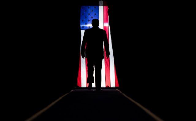 Ameriški predsednik Donald Trump se bojuje na več frontah hkrati, doma in po svetu, zadnja je s Svetovno zdravstveno organizacijo. FOTO: AFP