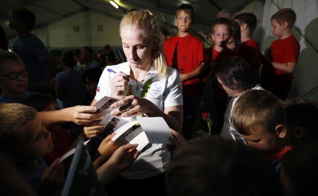 Ana Velenšek je takole svojim najmlajšim oboževalcem delila avtograme po vrnitvi z olimpijskih iger leta 2016 v Riu de Janeiru.<br /> FOTO: Uroš Hočevar