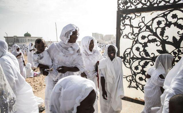 Privrženci skupnosti Layene zapuščajo mošejo Yoff Layene v Dakarju po verskem obredu, ki označuje konec muslimanskega svetega meseca ramazan. FOTO: John Wessels/Afp