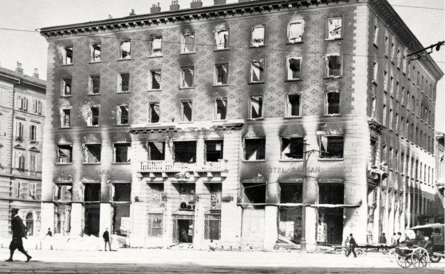 Italijanski fašisti so slovenski Narodni dom v Trstu požgali 13. julija leta 1920. Foto Muzej Novejše Zgodovine Slovenije
