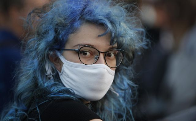 Obvezno ostaja tudi nošenje zaščitnih mask. FOTO: Jure Eržen