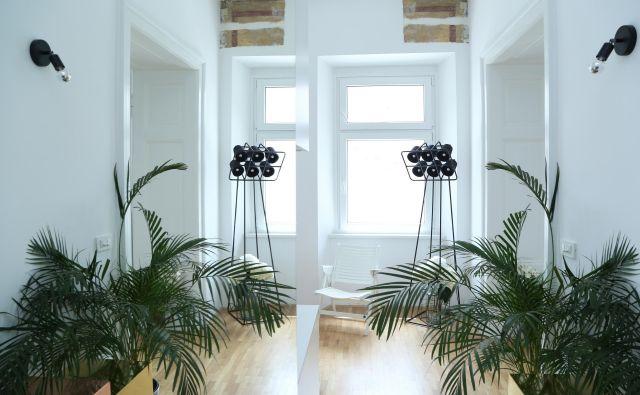 Čeprav stanovanje premore samo dve ločeni sobi, pa zaradi kar 3,6 metra visokega stropa daje vtis večje prostornosti. Foto Marijo Zupanov