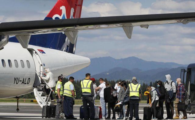 Kot je ob pristanku letala Air Serbie, ki je prispelo iz Beograda, povedal poslovodni direktor Fraporta Slovenija Zmago Skobir, bodo v prihodnjih dneh in tednih sledili še drugi leti. FOTO:Leon Vidic/Delo