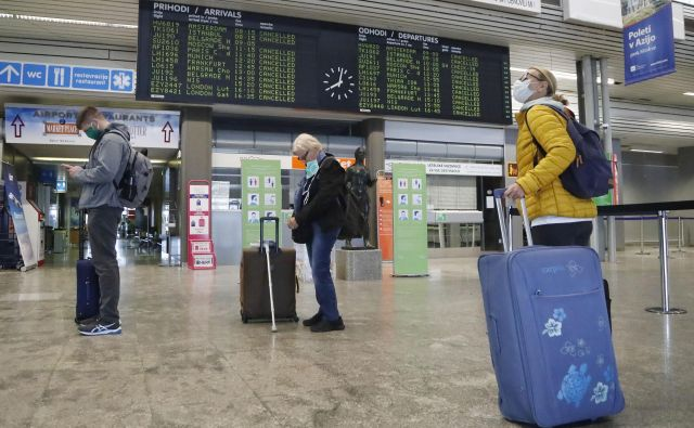 Prvi prihod in odhod potnikov z Air Srbia po zaprtju letalskega prometa zaradi koronavirusa. FOTO: Leon Vidic/Delo
