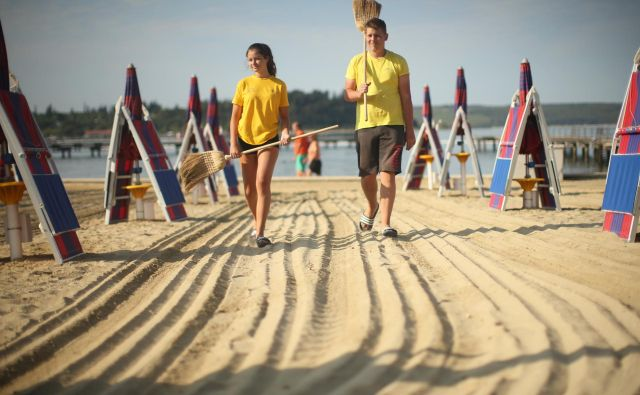 Pri razporejanju ležalnikov na plažah bodo letos upoštevali večje varnostne razdalje. FOTO: Jure Eržen