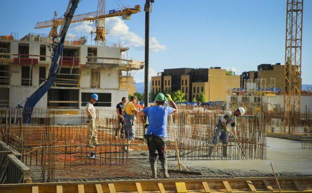 Na gradbiščih v Sloveniji bodo kmalu začela veljati nova pravila. Foto Jože Suhadolnik