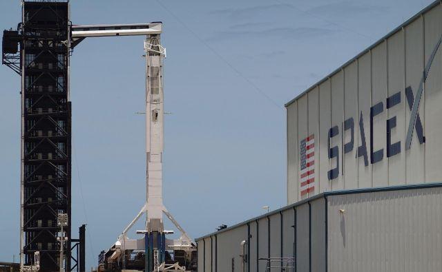 SpaceX je uspešno dobavil prvi ameriški taksi za prevoze astronavtov po upokojitvi raketoplanov. Nasa ima še enega naročenega pri Boeingu. FOTO: Joe Raedle Afp