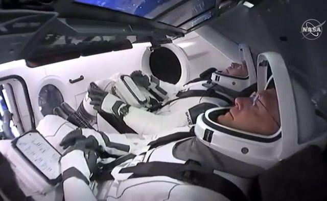 Bob Behnken in Doug Hurley čakata na začetek poti do ISS. FOTO:AFP