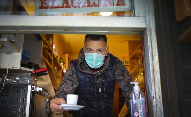 Maske so obvezne za okužene, sporoča direktor NIJZ Milan Krek.<br /> FOTO: Jože Suhadolnik/Delo