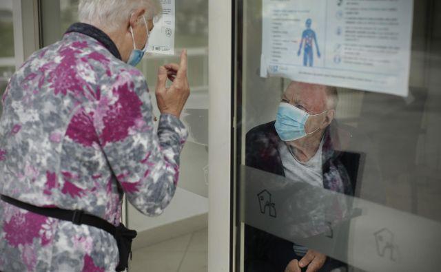 Izkušnje kažejo, da so bili pri omejevanju širjenja okužb uspešnejši v tistih zavodih, kjer so na covid-19 pozitivnega stanovalca lahko takoj umaknili v bolnišnico ali dislocirano enoto.<br /> Foto Jure Eržen